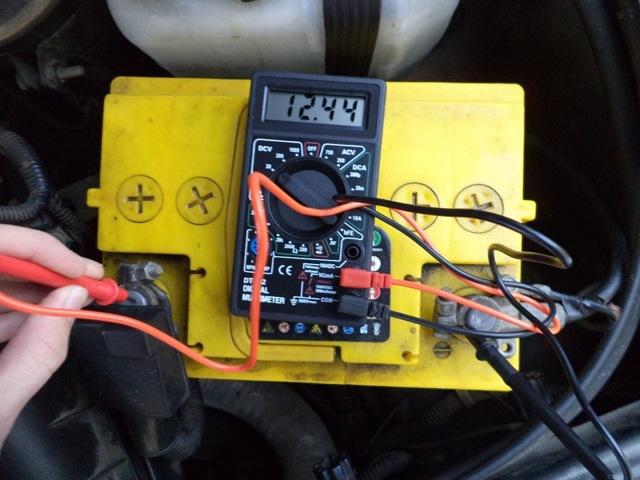 Как проверить аккумулятор автомобиля мультиметром: определение емкости и степени зарядки