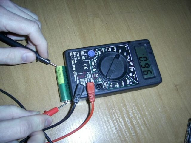 Как проверить емкость батарейки мультиметром: особенности и способы тестирования заряда