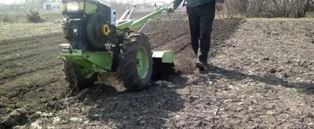 Правильная вспашка земли с помощью мотоблока, настройка и подготовка огорода к пахоте