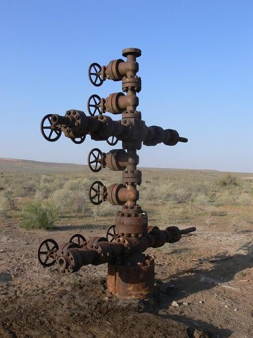 Составные части и назначение фонтанной арматуры, схема ее обвязки и предъявляемые требования