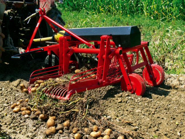 Статья о том, для чего нужна картофелекопалка и как своими руками сделать её для мотоблока