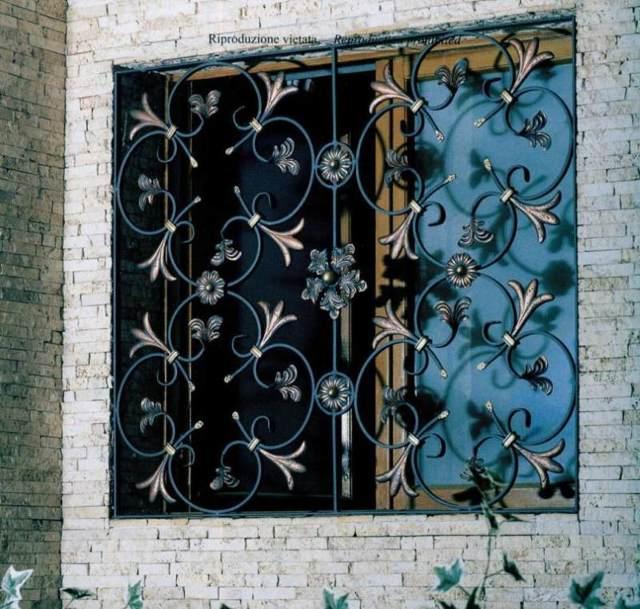 Популярнейшее украшение экстерьера зданий: кованые решетки на окнах, лоджиях, беседках