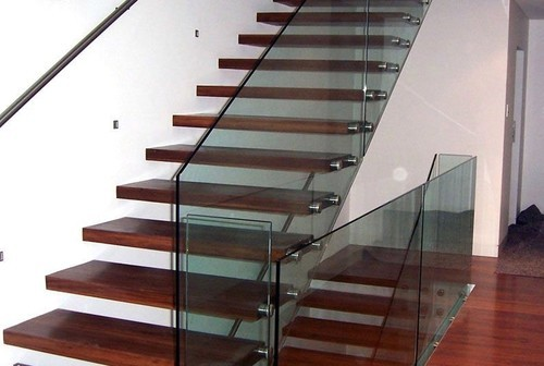 Перила для лестниц: особенности конструкций для внутреннего украшения дома и уличной установки