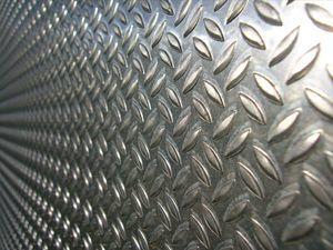 Рифленый металлический лист: характеристики, виды и применение